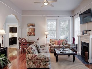 420Waldburg A · Modern Apt with Southern Charm Blocks from Forsyth
