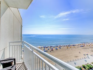 Stylish Ocean Front Suite w/ Private Balcony, Free WiFi & Wet Bar