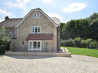 62985 House situated in Corfe Castle (2mls SE)