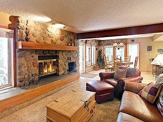 3BR Townhome on Ten Mile Creek, 5-Min Walk to Town & Bus to Ski Resorts