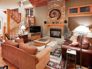 End-Unit 3BR Townhome w/ Pool & Hot Tub - 1 Mile to Slopes on Free  Shuttle