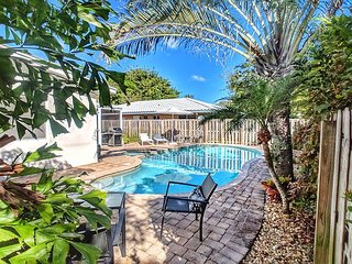 Relaxing 3 bedroom 2 bathroom Home with Heated Pool and Spa, near the Beach