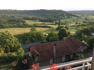 Spacious 2 bedroomed apartment view stunning views over the valley