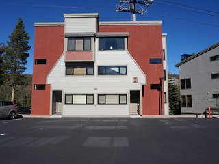 Nicely Remodeled 2 Bedroom Condo in Mammoth! Easy access to 3 Spas, Pool! (Unit
