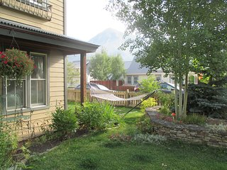 Ideally located near trails, park & downtown; Pet & Child friendly; sleeps 8
