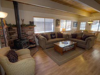 Cozy Mountain Hideaway - House