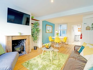 Sunny Cottage. Sleeps 2-6. Roof Terrace. Near Train Station