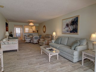 Ground Floor 2BR Venice Condo w/Pool, 15 Mins to Beaches! Golf Course Views!