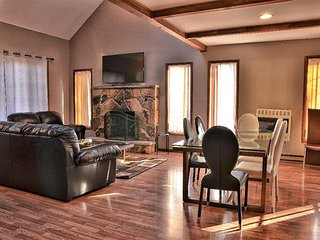 BEAUTIFUL REDESIGNED CONTEMPORARY W. 4 BDRMS, 2 BTHS, TWO PERSON JACUZZI & MORE