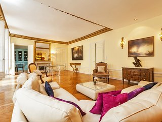 1032. STEPS FROM LA SEINE MUSEE D'ORSAY AND ST GERMAIN -ELEGANT 3BR WITH BALCONY
