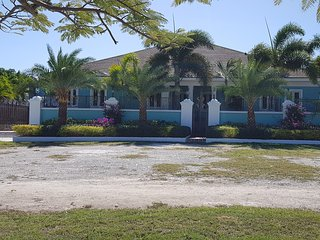Luxuary 5BR Villa with pool, Jacuzzi tub, wifi, cable and free Airport pickup.