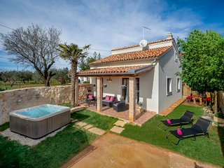 2 bedroom Villa with Pool, Air Con and WiFi - 5803194