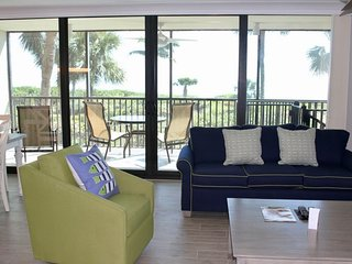 FANTASTIC 2BR/2BA WITH ISLAND VIEW AND BALCONY! PRIVATE BEACH, 5 POOLS, TENNIS!