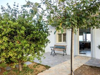 2 bedroom Villa with WiFi and Walk to Beach & Shops - 5771504