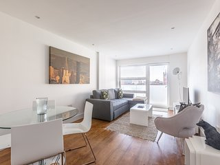 Luxury 2-Bed Flat w/ Parking