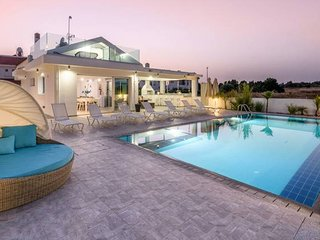 Luxurious 5 Bedroom Villa with Large Private Pool