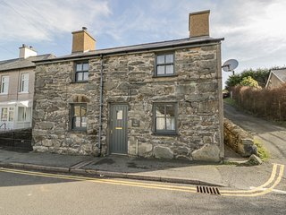 TY MAWR, pet-friendly character cottage with garden, close mountains and