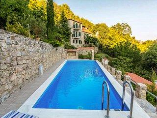 Villa Blanka – Stone Villa with a Pool in Zrnovnica (Split)