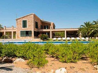 s'Alqueria Blanca Farmhouse Sleeps 10 with Pool Air Con and WiFi - 5000771