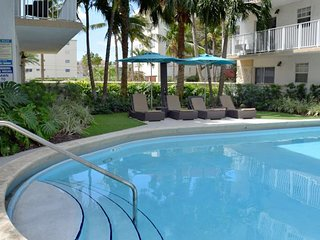 KEY BISCAYNE, COMFY 1BR LOFT WITH FULL KITCHEN! POOL, 5 MIN TO BEACH, PARKING!