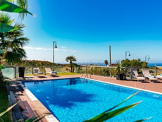 Spacious Villa With Heated Pool And Stunning Sea Views | Villa Sol e Mar