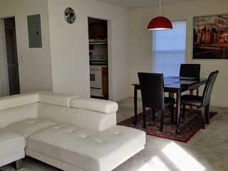 Spacious 2 Bed 2.5 Bath Townhouse - Just 40 mts by train to Manhattan