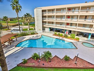 Corpus Christi Condo w/Pool - Steps to Beach