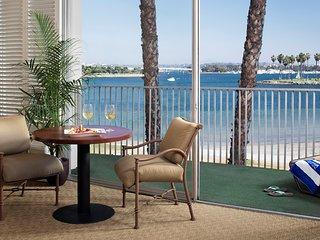 Bright, Elegant, Cozy Studio with Full Kitchen | Close to the Beaches!