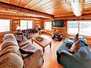 Large 6BR Lodge w/ Hot Tub & Mountain Views, Near Ski Resorts & Free Bus