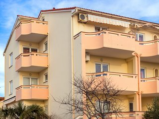 Two-bedroom for 5 with Balcony and Sea View, Meri A3
