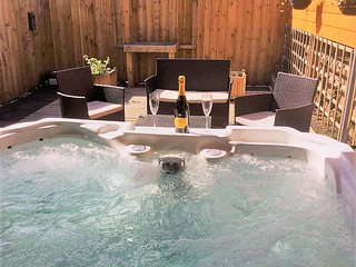 Canmore Apartment- Luxury One Bedroom Apartment with Private Hot Tub