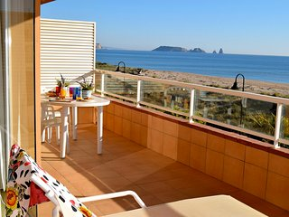 Frontline apartment with spectacular sea view- Three double bedrooms and two bat