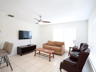 Victoria's Den-Close to Airport, Cruise Port, and Beaches