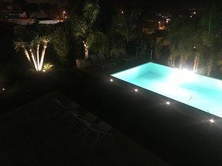 Su una collina al tramonto con piscina e giardino