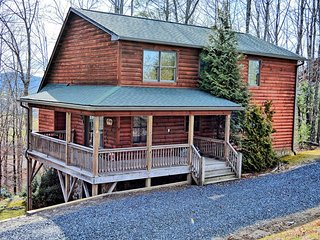 A Bit of Heaven-4 BR Cabin with Pool Table, Foosball, Fire Pit, Wi-Fi, AC & MORE