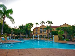GROUP ESCAPE! 2 COMFY 2BR/2BA APTs, 4 POOLS, 2 HOT TUBS, SHUTTLE TO THE PARKS