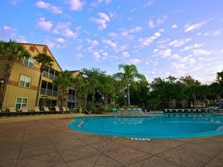 FANTASTIC 2BR/2BA, 4 POOLS, 2 HOT TUBS, FREE SHUTTLE TO THE PARKS