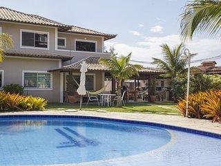 Linda casa com quatro suites, em condominio, entre Geriba e Ferradurinha BZ068