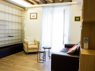 Spacious Fermata Cairoli apartment in Centro Storico with WiFi, air conditioning