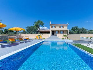 3 bedroom Villa with Air Con, WiFi and Walk to Beach & Shops - 5772849