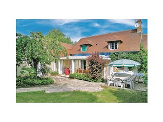 Awesome home in Brette les Pins w/ WiFi and 4 Bedrooms (FVS015)