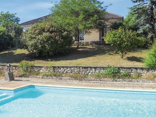 "Nice home in Chateau L""Eveque w/ WiFi, Outdoor swimming pool and 3 Bedrooms (F"