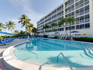 RIGHT ON THE BEACH! AMAZING 2BR APARTMENT, POOL, PARKING