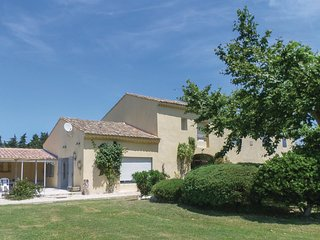 Beautiful home in Le Thor w/ WiFi and 3 Bedrooms
