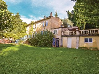Stunning home in Menerbes w/ WiFi, 5 Bedrooms and Outdoor swimming pool