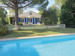 Nice home in Serignan w/ Outdoor swimming pool, WiFi and 4 Bedrooms