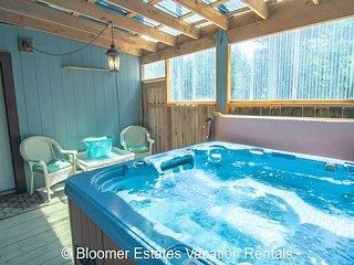 2 Nts FREE! HUGE home! *HOT TUB*Pets OK, beach path, pool/ping pong tables