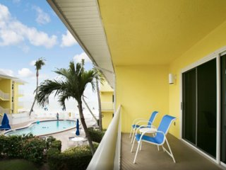 2 COMFY ISLAND VIEW SUITES FOR 12, POOL, PARKING