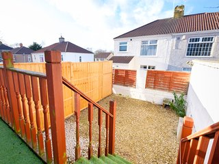Elmhurst House - spacious 4 bedroom house with free parking and a small garden