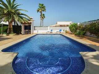 3 bedroom Villa with Pool, Air Con, WiFi and Walk to Shops - 5620810